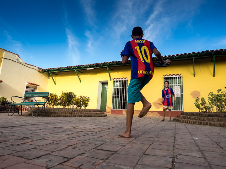 I thought Cubans had recognised the indisputable fact that Lionel Messi is the greatest football player in the world - virtually every shirt you see is a Messi shirt. But then we decided it was liikely a bulk purchase from China - one model, many sizes...